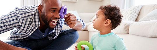 Pais compensam ausência brincando ou oferecendo presentes